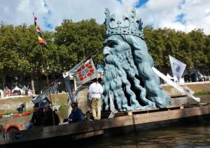 Rzeźba Głowy Kazimierza Wielkiego wysokości 5 metrów stojaca na łodzi