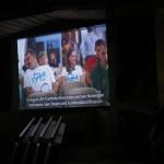 Film wyswietlany z projektora zamontowanego na na Polskim stoisku na festiwalu Loary w Orleanie