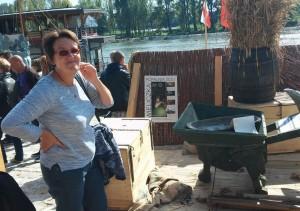 Goscie festiwalu Loary podziwiają drewnianą taczkę kroczącą na Polskim stoisku