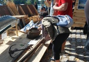 Goście festiwalu Loary podziwiają stanowisko szkutnika tradycyjnego na Polskim stoisku