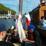 Widok z jednej z łodzi na tradycyjną paradę łodzi w trakcie festiwalu Loary w Orleanie