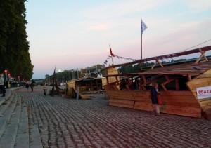 Polskie stoisko szkuta o zmierzchu na bulwarach w Orleanie