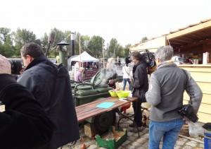 Goście festiwalu Loary w Orleanie oglądają wojskową kuchnie polową na Polskim stoisku