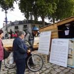Goście festiwalu Loary czytają tablice informacyjne na Polskim stoisku