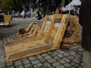 Reprodukcja fragmentu burty tradycyjnej szkuty Wiślanej na Polskim stoisku na festiwalu Loary w Orleanie