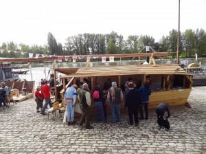 Goście zapoznają się z ulotkami z Polskiego stoiska na Festiwalu Loary w Orleanie
