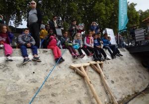 Dzieci siedzą na bulwarze w Orleanie w trakcie Festiwalu Loary