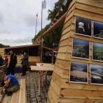 Galeria zdjęć Wisły na ścianach Polskiego stoiska w trakcie Festiwalu Loary w orleanie