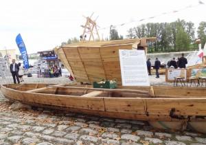 Tradycyjna łódź płaskodenna na stoisku Polskim w trakcie Festiwalu Loary w Orleanie