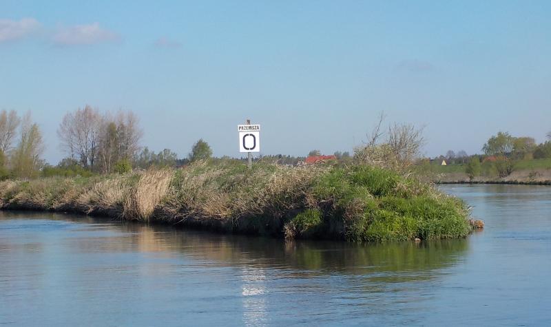 Zdjęcie tablicy z napisem Przemsza 0 stojącej na cyplu na Wiśle