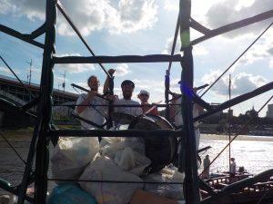 Wolontariusze zdejmują worki ze śmieciami z przyczepy