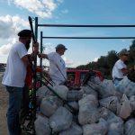 Transport zebranych śmieci przyczepą