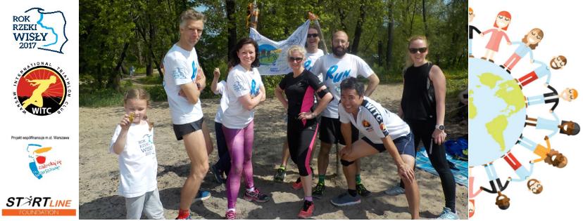 Ekipa WITC pozuje do zdjęcia. po lewej loga: Fundacji Rok Rzeki Wisły 2017, Warsaw International Triathlon Club, Zakochaj się w Warszawie, Start Line